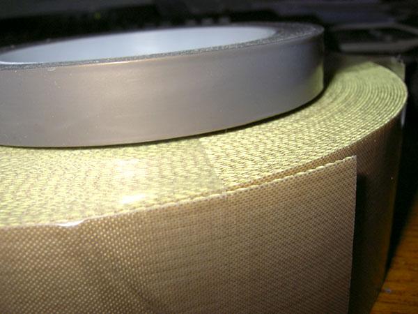 верхний: беосновной, просто пленка тефлона, ширина 15мм... нижний: основа тонкая стеклоткань, ширина 50мм..