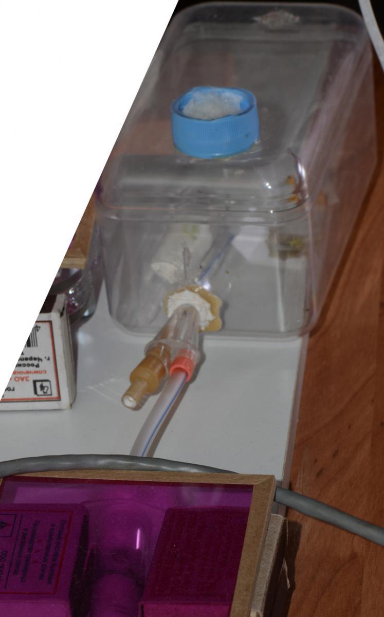 Общий вид: внизу - инкубатор под красным светофильтром, вверх идет трубка, стыковка с коробкой, арена из-под ферреро роше :)