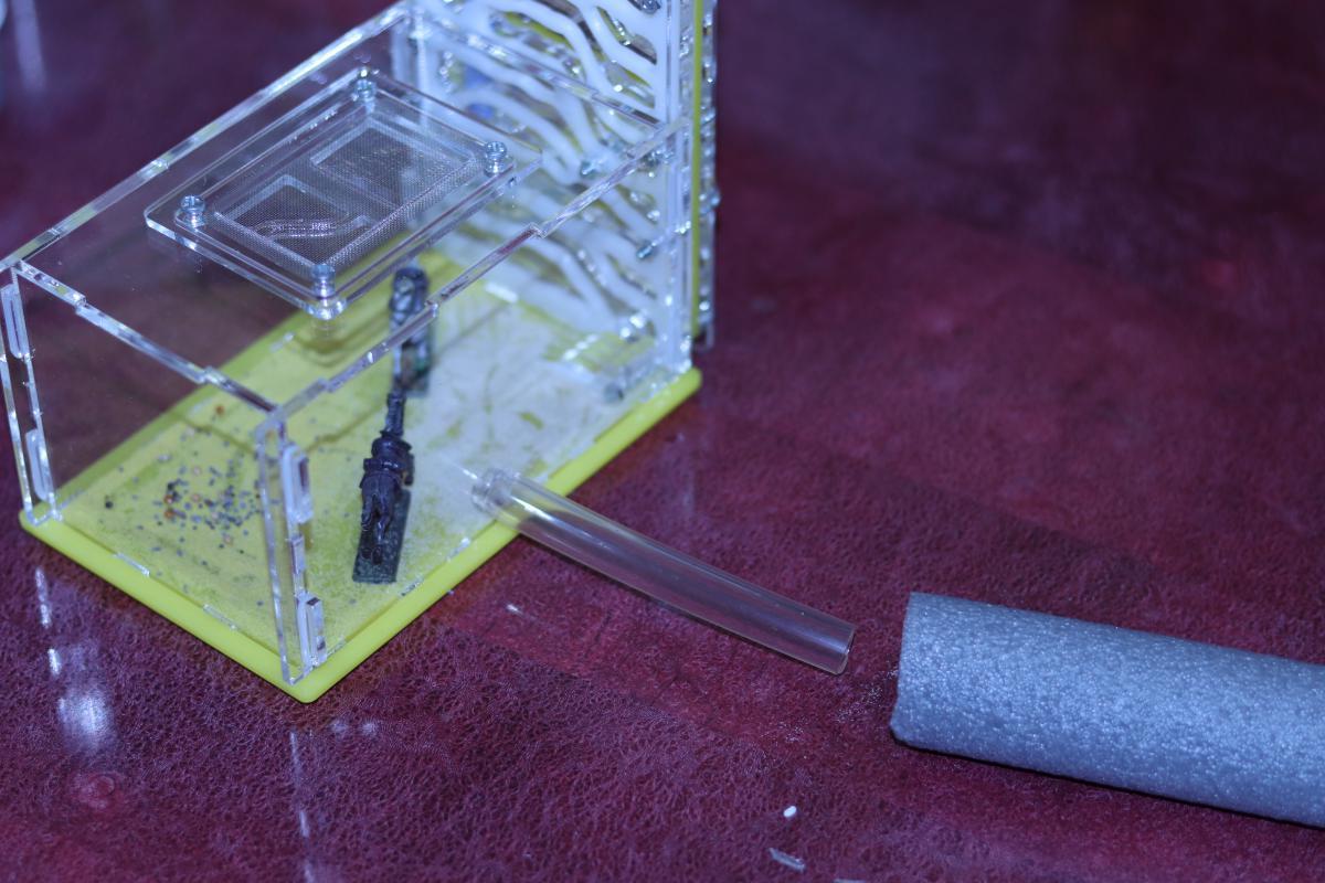 Итог попытки присоединить трубку-переходник к арене формикария. Немного разрезов и силиконовый шланг большего чем нужно диаметра упихан в отверстие.