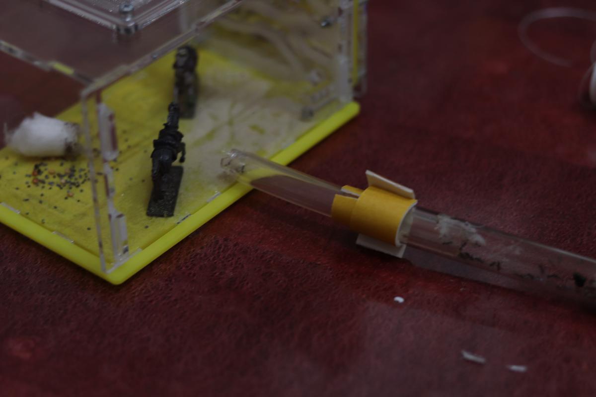 Итог поспешной попытки заделать щели между трубкой-переходником и инкубатором.