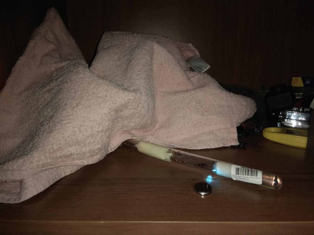 Попытка ускорить переселение в формикарий. На инкубатор направлен несильный источник света (1 светодиод). Арена и формикарий накрыты для создания темной и уютной атмосферы.